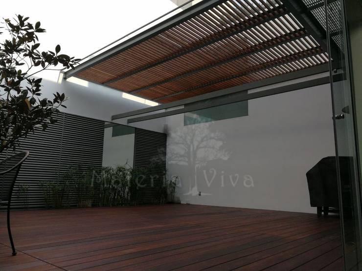 Pérgola híbrida y terraza moderna: Garajes de estilo  por Materia Viva S.A. de C.V.