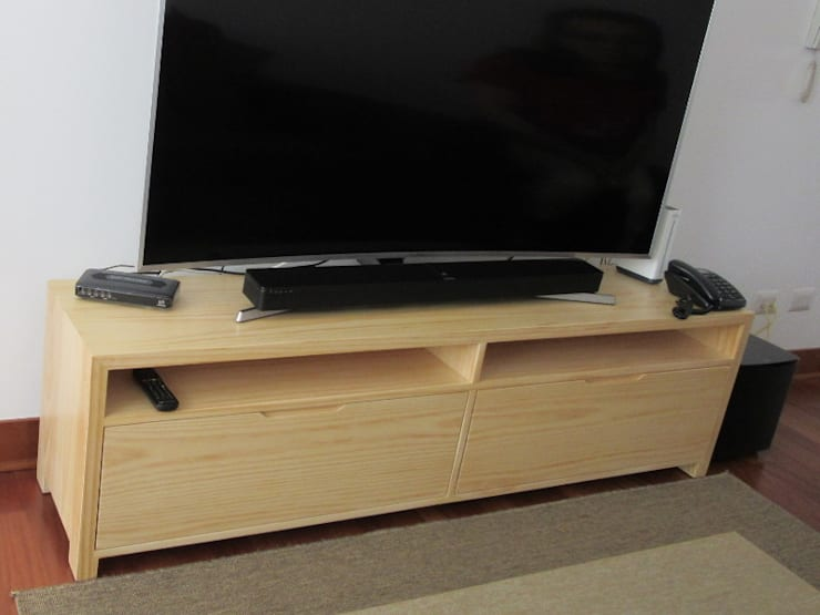 Mueble tv en pino:  de estilo  por Minimalistika.com, Minimalista Madera maciza Multicolor