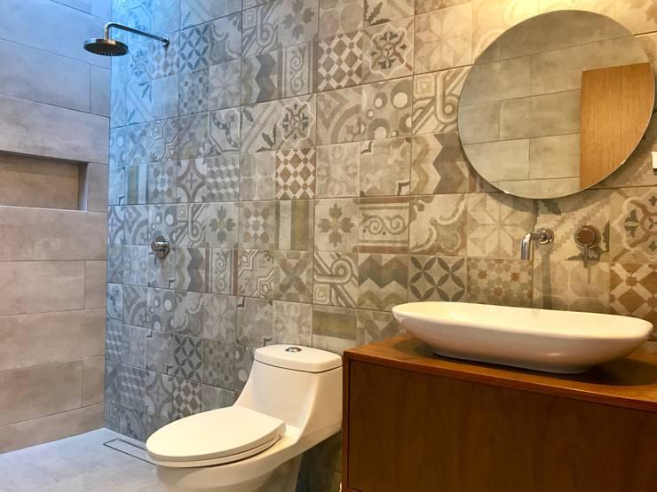 Casa Huichapan: Baños de estilo  por CAMAOS