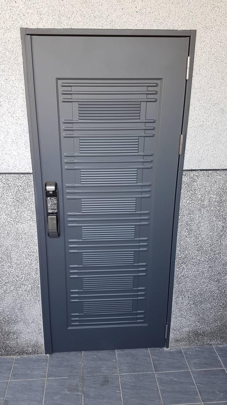 大門&電子鎖:  窗戶與門 by 懷謙建設有限公司