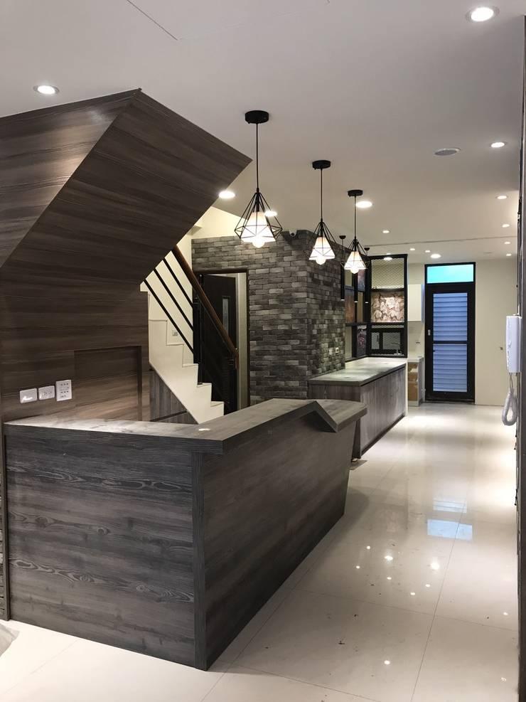 Escaleras de estilo  de 懷謙建設有限公司, Moderno