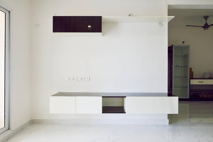 Apoorva Vijesh Aratt requiza:  Living room by Designasm Studio
