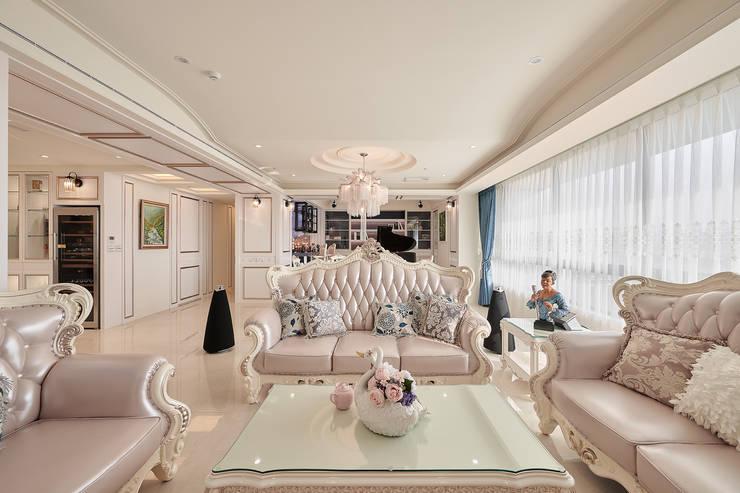 挑高弧形連結場域間:  客廳 by 趙玲室內設計