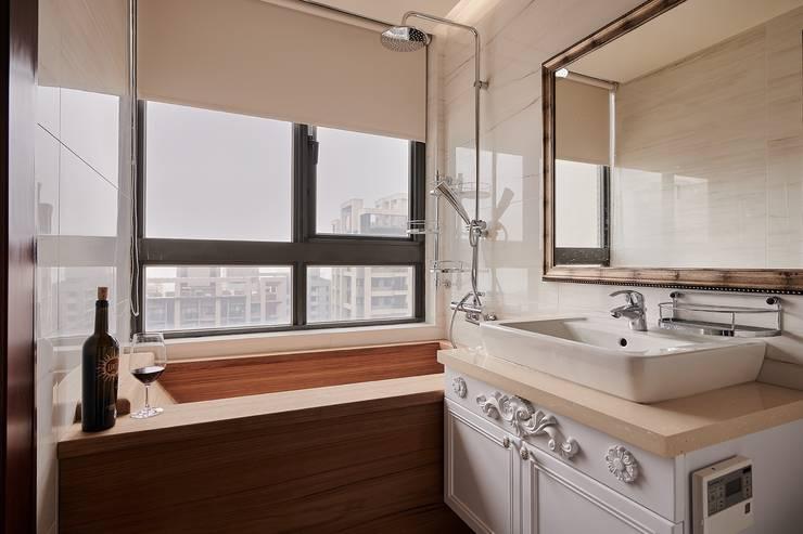 用最舒服的姿勢跳入這渡假港灣:  浴室 by 趙玲室內設計