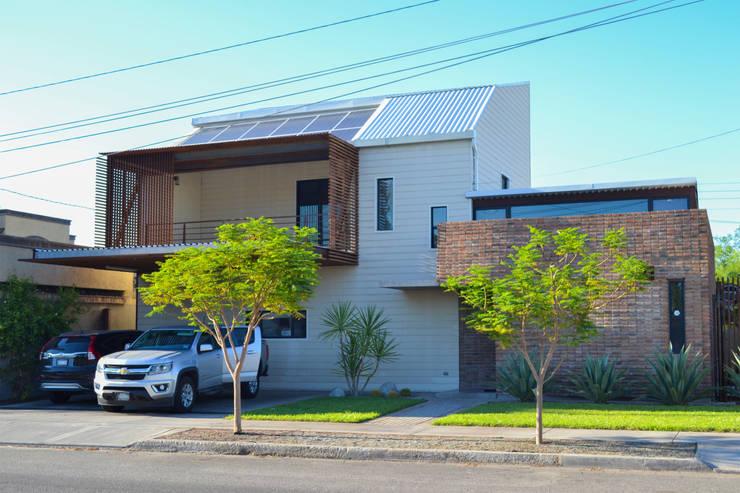 Casa RG - Frente: Casas unifamiliares de estilo  por SPAU [Servicios Profesionales de Arquitectura y Urbanismo S.C.]