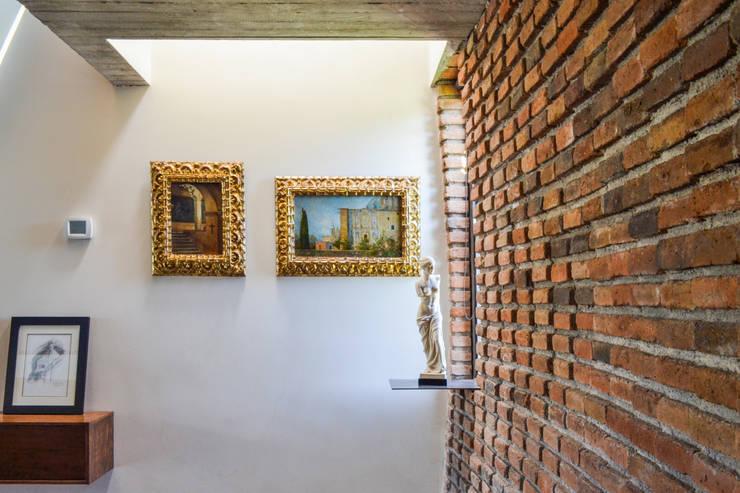 Casa RG - Ingreso: Paredes de estilo  por SPAU [Servicios Profesionales de Arquitectura y Urbanismo S.C.]