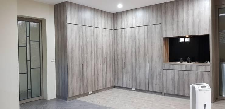 系統櫃:  走廊 & 玄關 by 懷謙建設有限公司