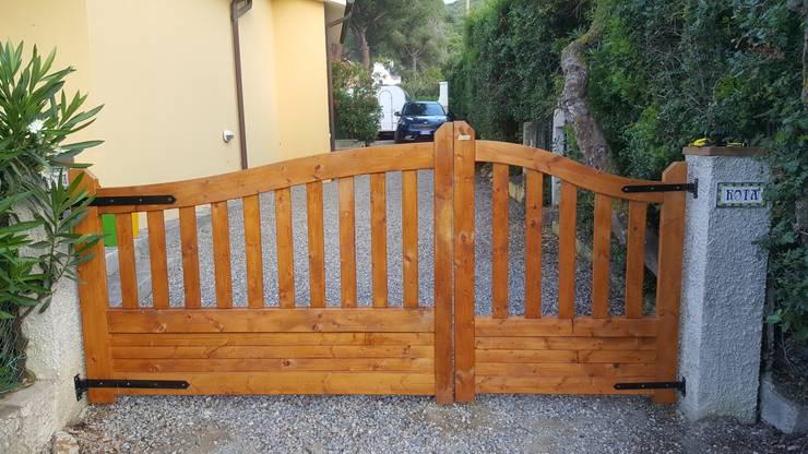 Cancelli e recinzioni da giardino 27 idee per la privacy for Cancelli di legno per giardino