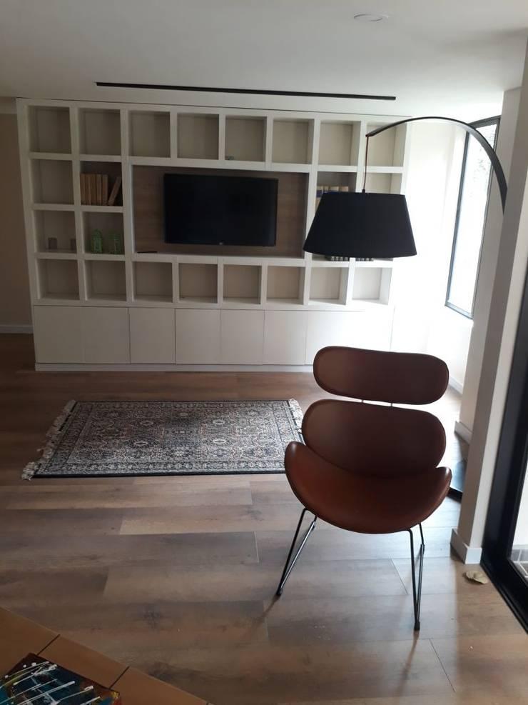 Estudios, biblioteca, sala de estar: Estudios y despachos de estilo  por Cosmoservicios SAS