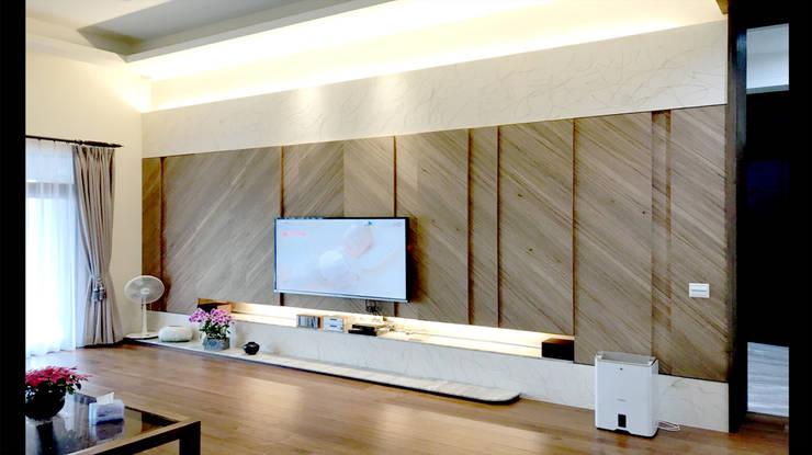 木皮 造型電視牆 設計 :  客廳 by 艾莉森 空間設計