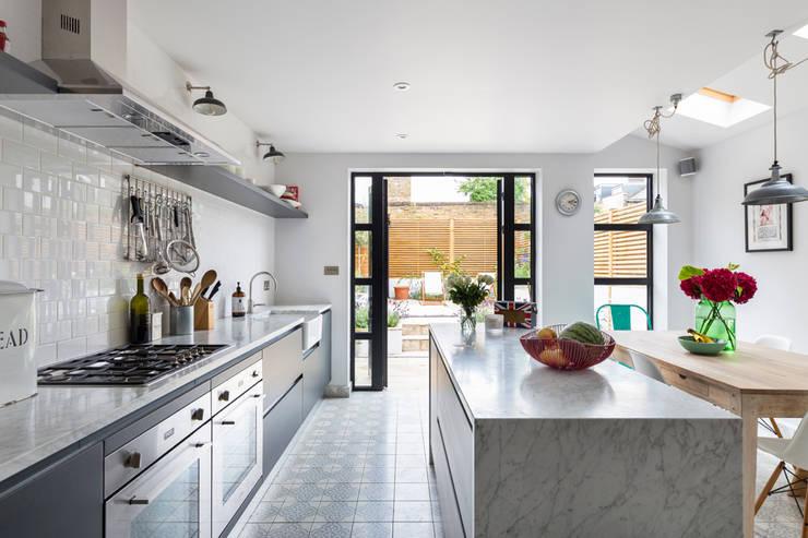Armarios de cocinas de estilo  por VORBILD Architecture Ltd.