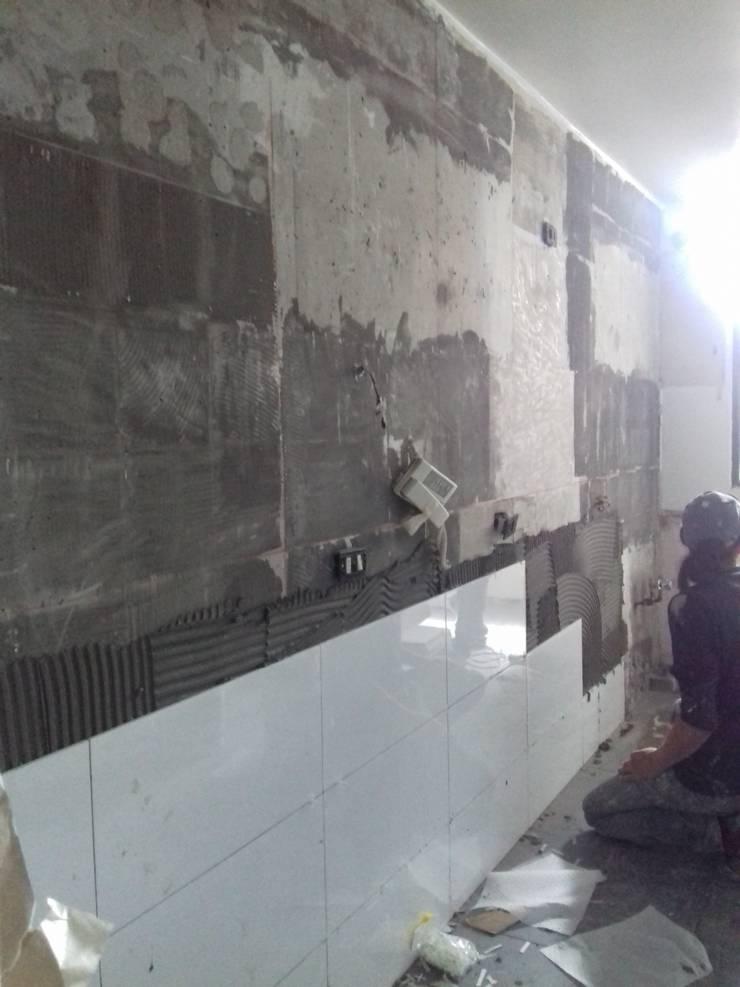 Colocación de nuevas terminaciones en muros: Muebles de cocinas de estilo  por Tu Obra Maestra