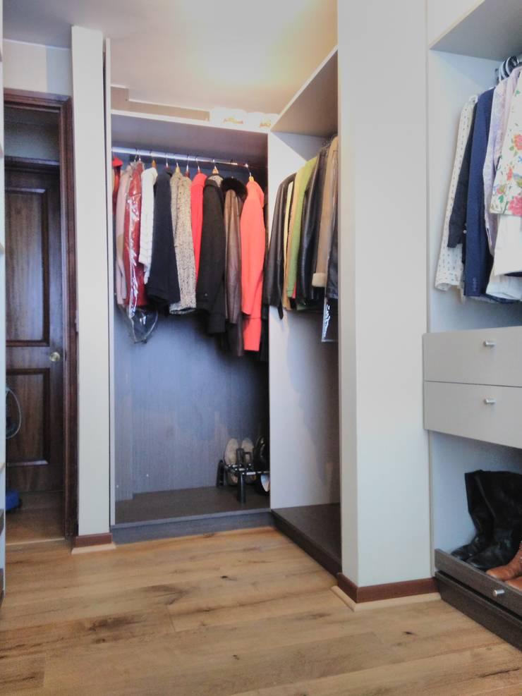 Área de colgado: Walk in closet de estilo  por Tu Obra Maestra