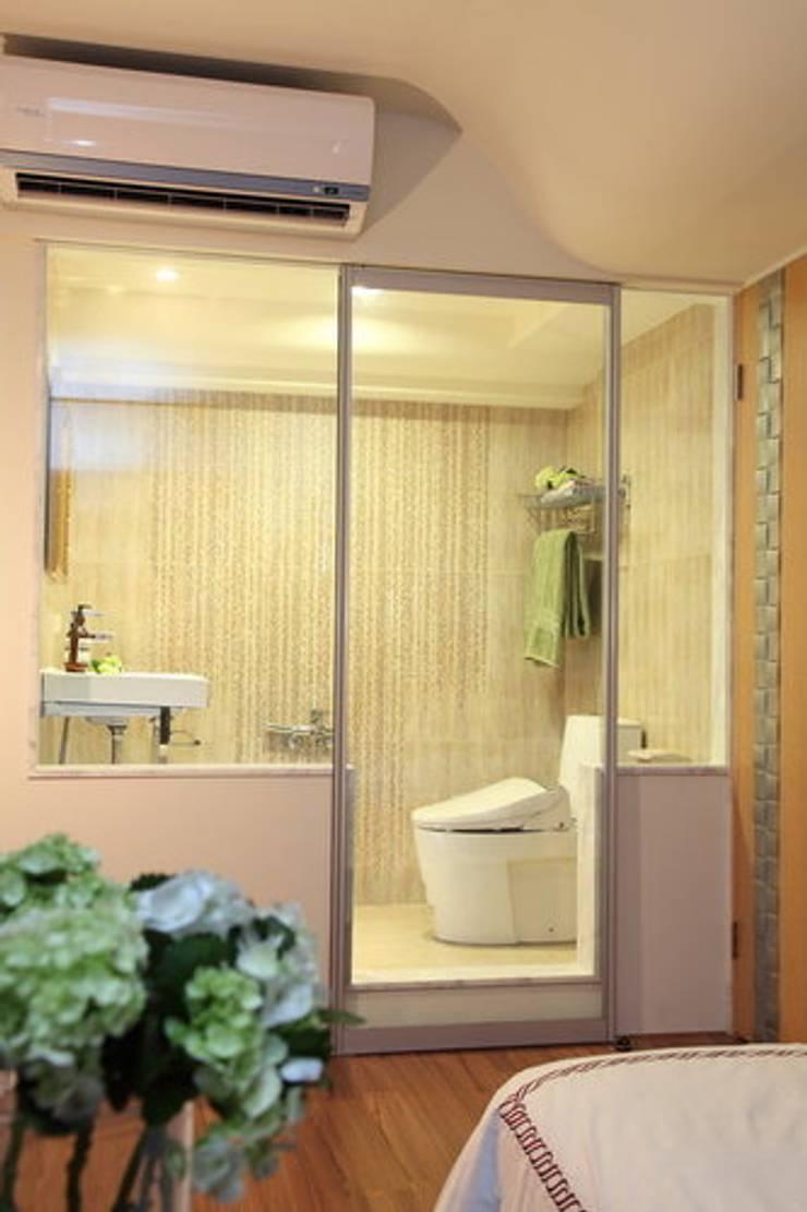 新竹經國路:  浴室 by 台中室內設計-築采設計