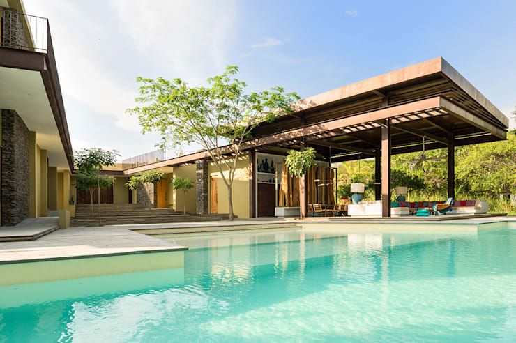 Casa Mesa de Yeguas X-13: Piscinas infinitas de estilo  por NOAH Proyectos SAS