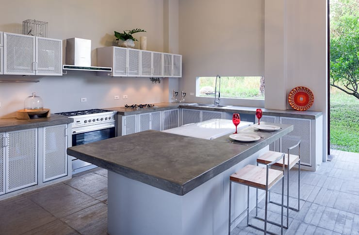 Casa Mesa de Yeguas X-13: Cocinas integrales de estilo  por NOAH Proyectos SAS