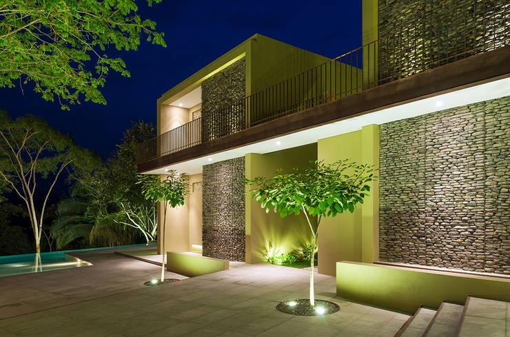 Casa Mesa de Yeguas X-13: Conjunto residencial de estilo  por NOAH Proyectos SAS