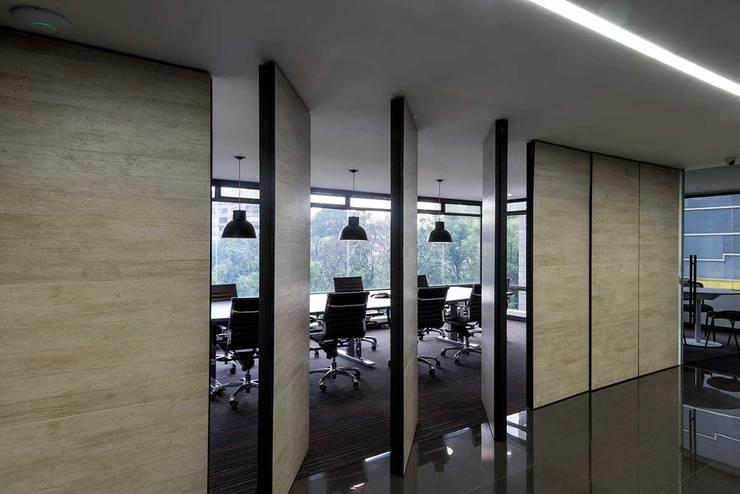 Independent Advisors: Estudios y despachos de estilo  por NOAH Proyectos SAS