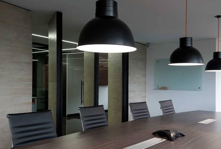 Independent Advisors: Oficinas y tiendas de estilo  por NOAH Proyectos SAS