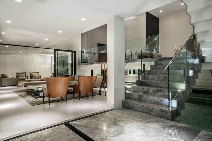 Casa J.C.: Escadas  por Rosset Arquitetura