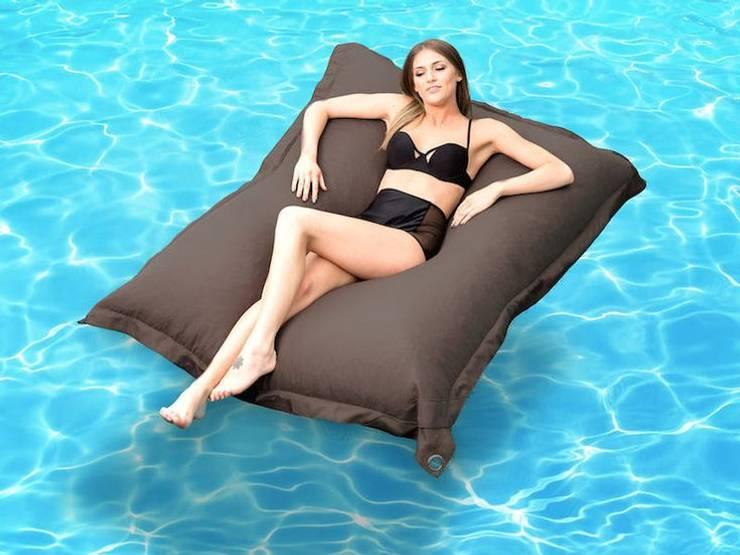 Cuscini giganti e pouf per piscina: Piscine in stile  di Uniko