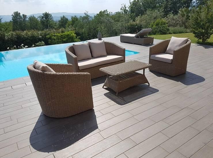 Divano da giardino per arredo piscina e giardino: Piscine in stile  di Uniko