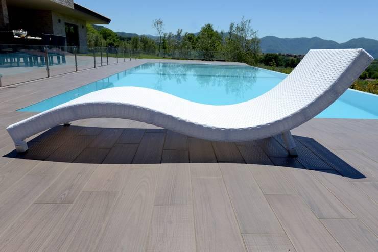 Stile a bordo piscina: Piscine in stile  di Uniko