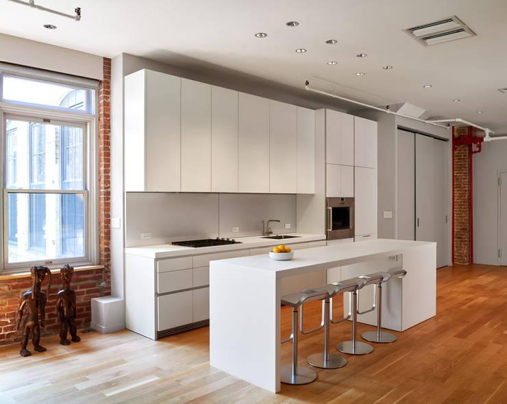 Soho Loft:  Kitchen by KUBE Architecture
