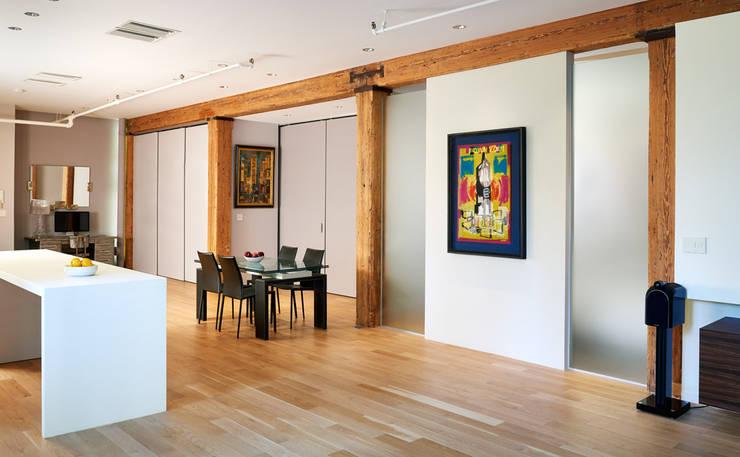 Soho Loft:  Dining room by KUBE Architecture