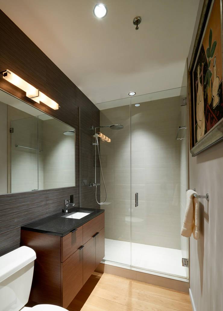 Soho Loft:  Bathroom by KUBE Architecture