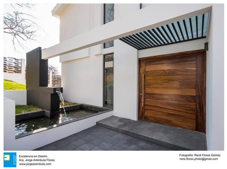 Puertas principales de estilo  por Excelencia en Diseño