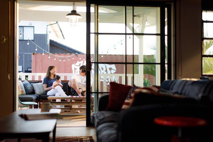 Balkon, Beranda & Teras Gaya Industrial Oleh dwarf Industrial