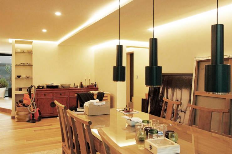 강남구 청담동 펜트하우스 네추럴 인테리어: 그리다집의  거실