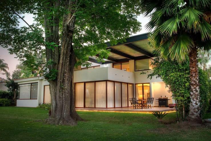 Fachada posterior: Casas unifamiliares de estilo  por Stuen Arquitectos