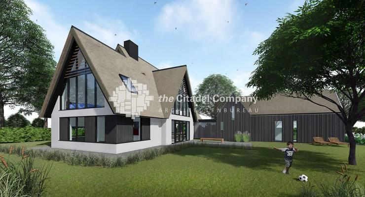 Witte rietgedekte villa met modern bijgebouw:  Huizen door Architectenbureau The Citadel Company