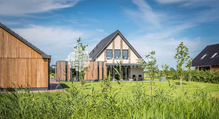 Eigentijdse villa in het buitengebied:  Huizen door Architectenbureau The Citadel Company, Landelijk