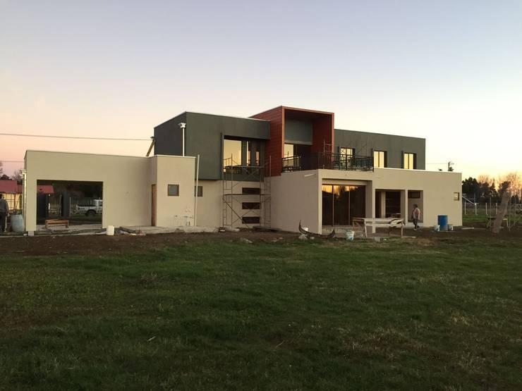 Altos del Bio Bio: Casas de campo de estilo  por Constructora Rukalihuen