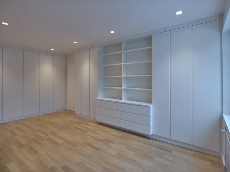 Viel Stauraum: moderne Ankleidezimmer von Koitka Innenausbau GmbH
