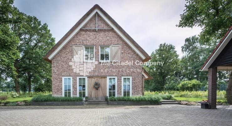 Landelijke woning:  Huizen door Architectenbureau The Citadel Company