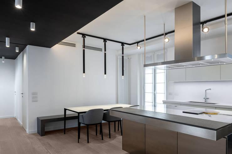 Il pranzo open-space: Sala da pranzo in stile  di Patrizia Burato Architetto