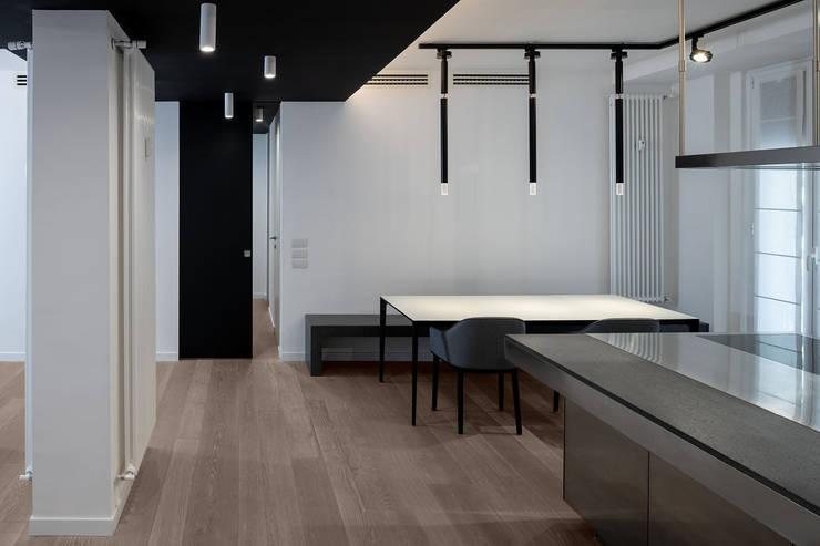 La zona pranzo open-space: Sala da pranzo in stile  di Patrizia Burato Architetto