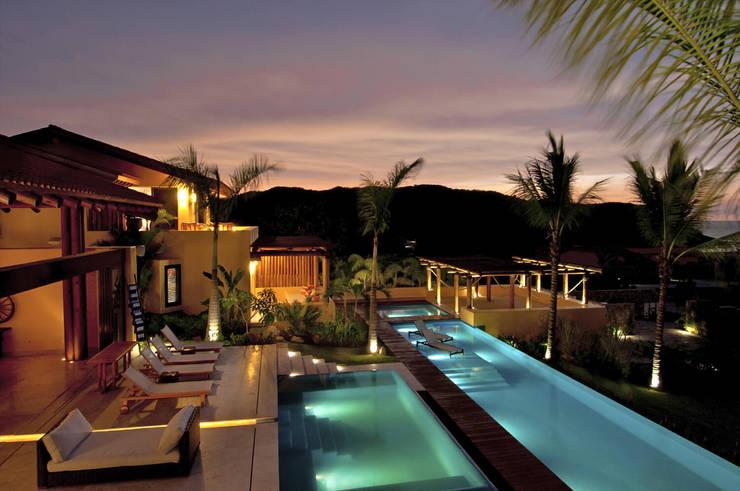 Tropischer Balkon, Veranda & Terrasse von foto de arquitectura Tropisch Fliesen