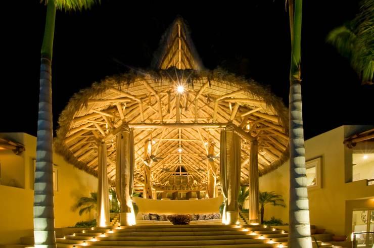 Tropischer Balkon, Veranda & Terrasse von foto de arquitectura Tropisch Massivholz Mehrfarbig