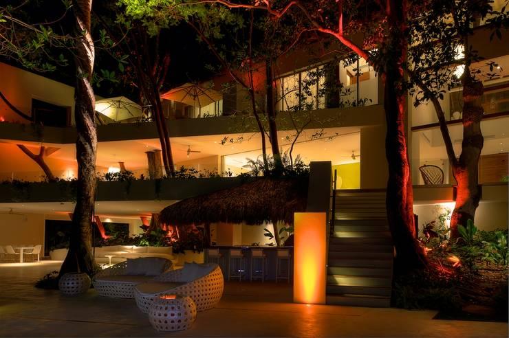 Tropischer Balkon, Veranda & Terrasse von foto de arquitectura Tropisch Holz-Kunststoff-Verbund