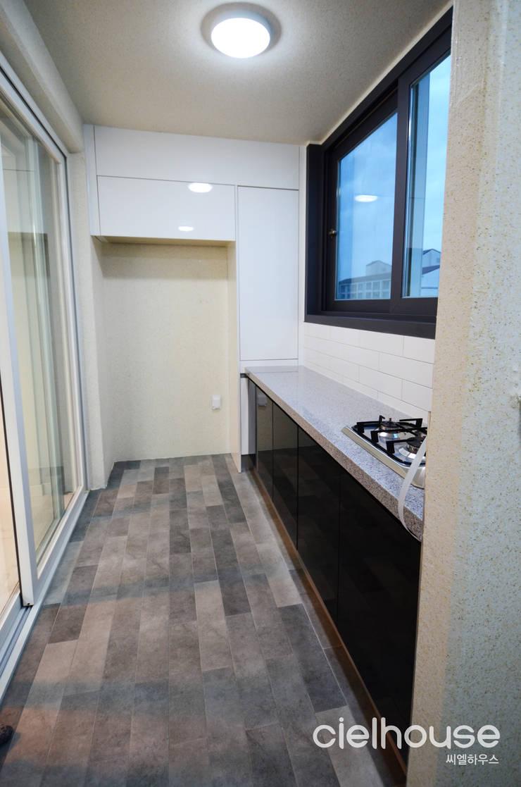 밝고 환하게 바뀐 40평대 아파트 인테리어: 씨엘하우스의  베란다,
