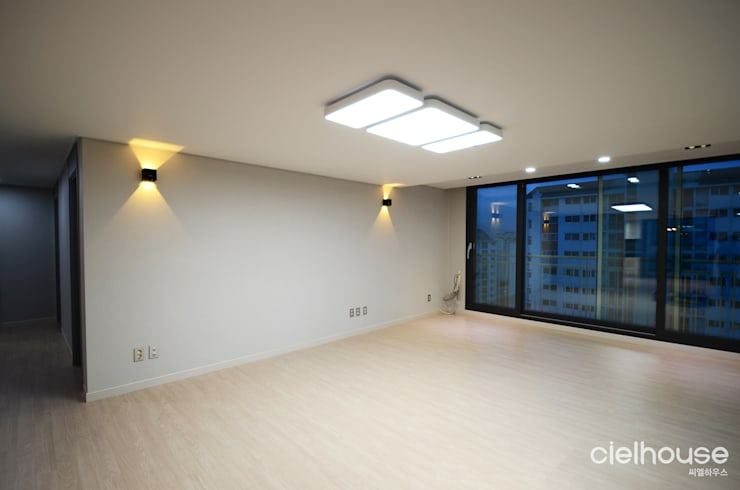 밝고 환하게 바뀐 40평대 아파트 인테리어: 씨엘하우스의  거실,
