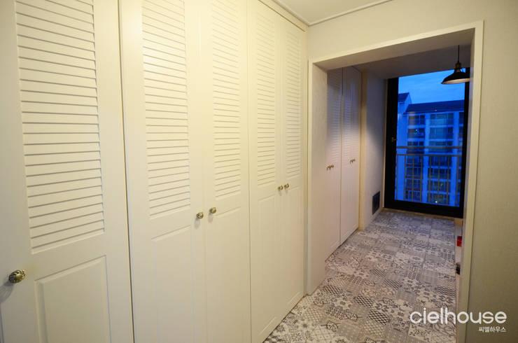밝고 환하게 바뀐 40평대 아파트 인테리어: 씨엘하우스의  복도 & 현관,