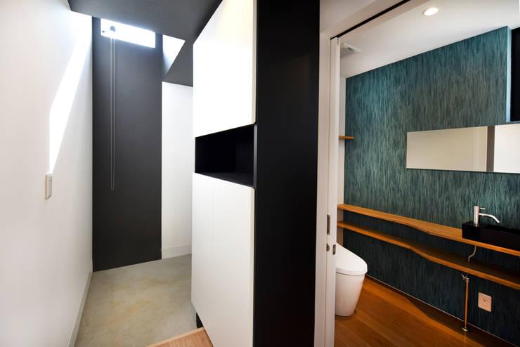 WCと玄関を仕切る下駄箱: BDA.T / ボーダレスドローが手掛けた廊下 & 玄関です。