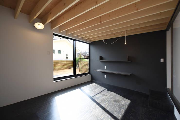 木の表情のある寝室: BDA.T / ボーダレスドローが手掛けた寝室です。
