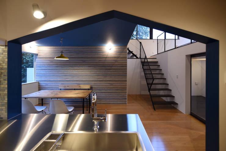 屋根型に切り取られたキッチンからの眺め: BDA.T / ボーダレスドローが手掛けたダイニングです。
